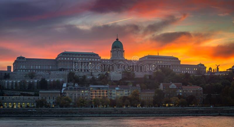 Budapest, Ungarn - drastischer Sonnenuntergang und bunter Himmel und Wolken über berühmten Buda Castle stockfotos