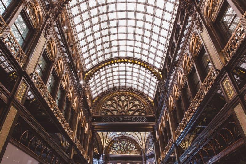 BUDAPEST, UNGARN - 18. JUNI 2019: Innenraum von Hotel Parisi Udvar in v-Bezirk in Budapest, Ungarn stockbilder