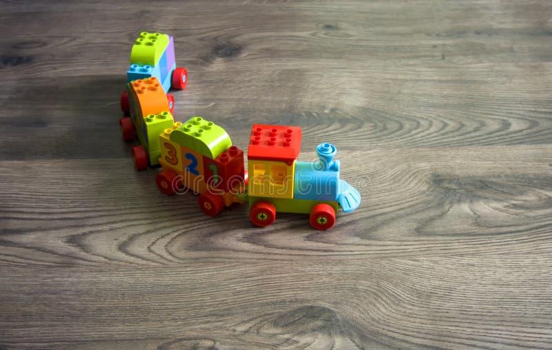 Budapest, Ungarn - 07/26/2018: LEGO Toy Train mit verschiedenem colo stockfotografie