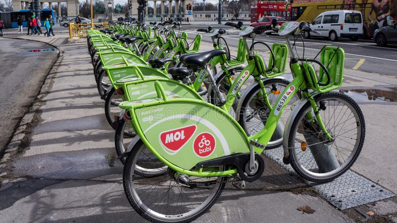 Budapest, Ungarn, am 15. März 2019: Miete BuBi Mol eine Fahrradstation in Andrassy-Straße lizenzfreie stockfotos
