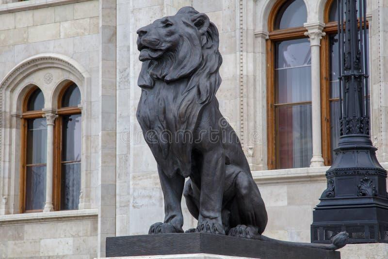 Budapest, Ungarn - 25. März 2018: Schwarze Skulptur des Löwes als Schutz auf Eingang zum Gebäude des Ungarn stockbilder