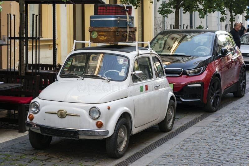 BUDAPEST, UNGARN - 5. MAI 2018: Veteran Fiat 500 trifft modernen bmw i3 Technologie und Tradition Die Vergangenheit und die Zukun lizenzfreies stockbild