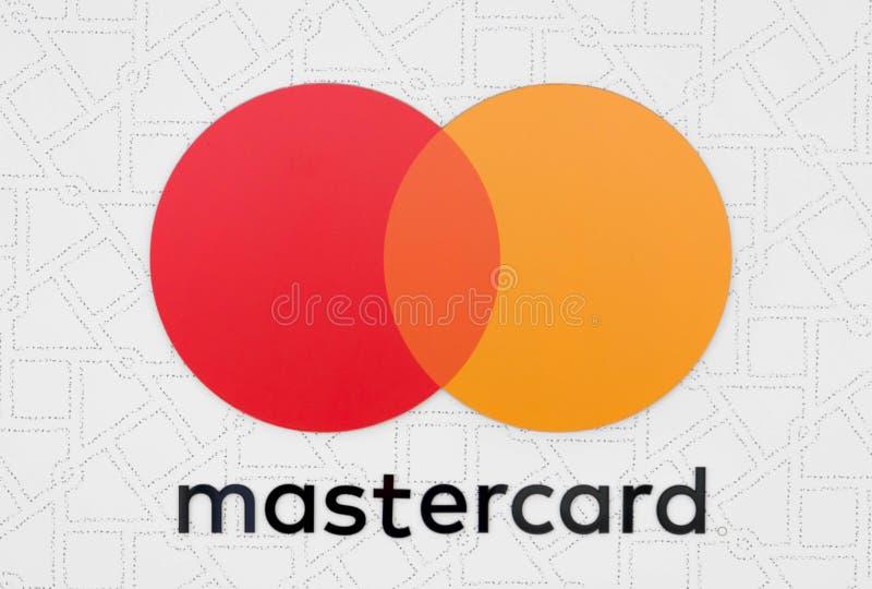Budapest/Ungarn 09 09 18: MasterCard-Kreditkarte Visumssymbol-Logoabschluß herauf orange Rot des Kreises lizenzfreie stockfotografie