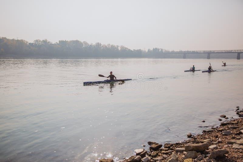BUDAPEST, UNGARN - 20. OKTOBER 2018: Kajaks auf der Donau in Budapest, Ungarn stockfotos