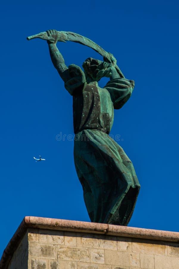 BUDAPEST, UNGARN: Weitwinkelansicht der Liberty Statue- oder Freiheits-Statuenstände auf Gellert-Hügel lizenzfreie stockbilder