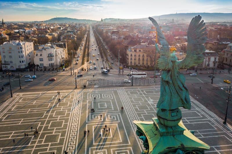 Budapest Ungern - ängelskulptur bakifrån på överkanten av hjälte`-fyrkanten på solnedgången arkivbild