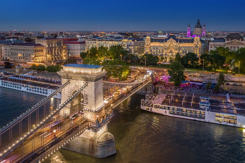 Budapest, Ungern - Aerial view of the vackra belyst Szechenyi Chain Bridge with St Stephen's Basilica royaltyfri bild