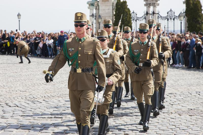 Budapest Ungern - April 5, 2018: Medlemmar av den ungerska hedersvakten royaltyfri foto