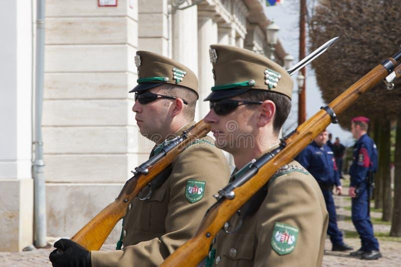 Budapest Ungern - April 5, 2018: Medlemmar av den ungerska hedersvakten fotografering för bildbyråer