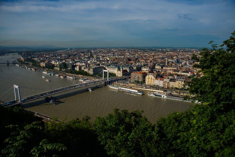 Budapest Ungern: Buda och plåga förbindelse av dolde Erzsebet eller Elisabeth Bridge i aftonen Redaktörs- bild av den Budapest si royaltyfri bild