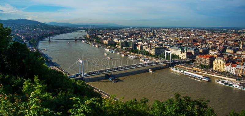 Budapest Ungern: Buda och plåga förbindelse av dolde Erzsebet eller Elisabeth Bridge i aftonen Redaktörs- bild av den Budapest si royaltyfri fotografi