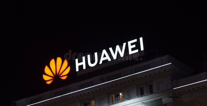Budapest - Ungern Cirka maj 2019: Bright Huawei-logotyp på taket arkivbild
