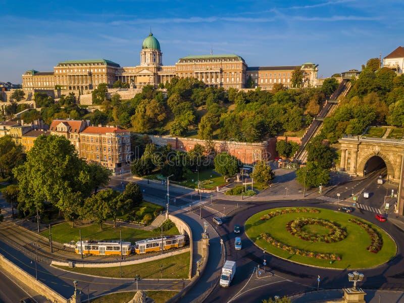 Budapest Ungern - Clark Adam fyrkantig karusell från ovannämnt på soluppgång med Buda Castle Royal Palace royaltyfria foton
