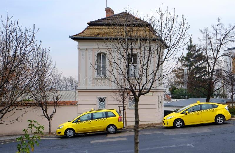 BUDAPEST UNGERN - DECEMBER 21, 2017: Gula taxi som väntar på passagerare arkivbilder