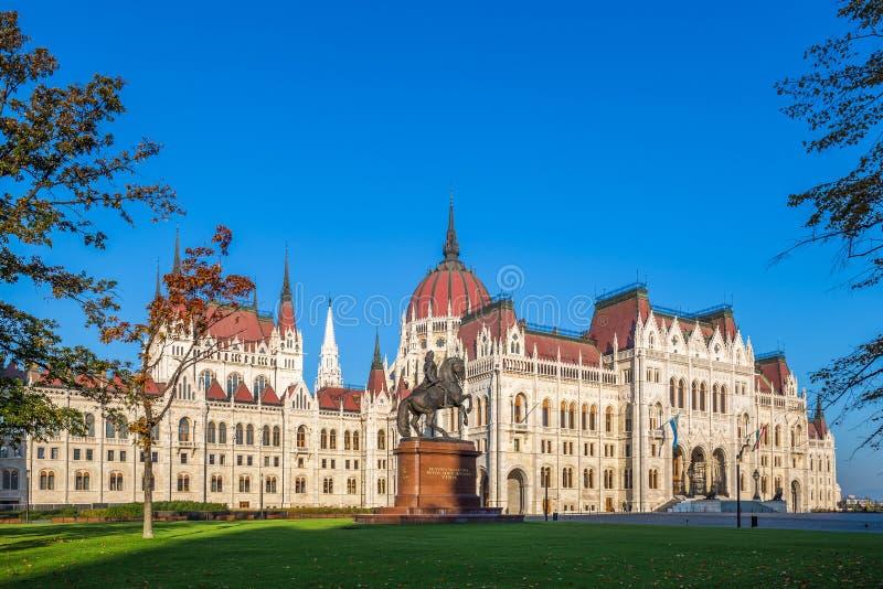 Budapest Ungern - den ungerska parlamentet på tidigt på morgonen med häststatyn av Ferenc Rakoczi arkivbilder