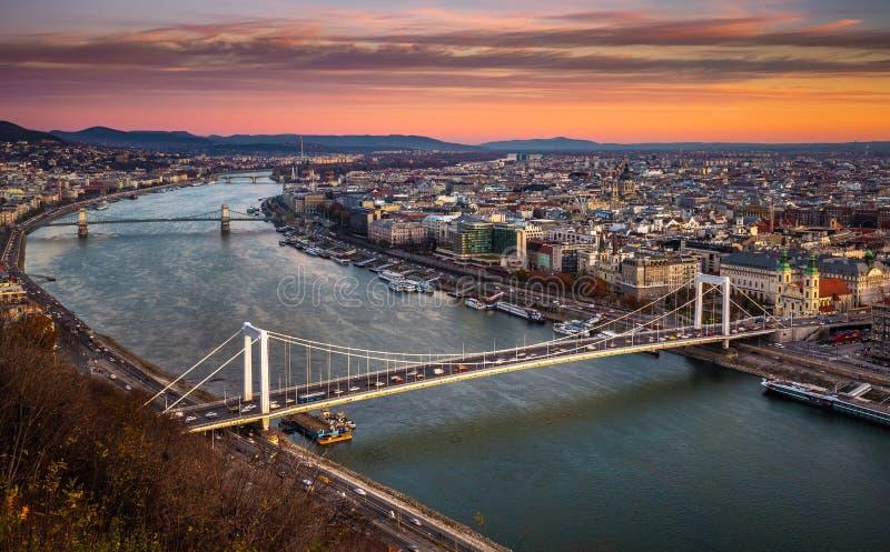 Budapest Ungern - Elisabeth Bridge Erzsebet dolde och den Szechenyi kedjebron på en härlig höstmorgon arkivfoto