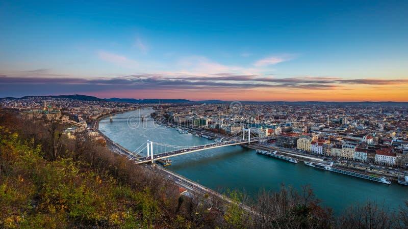 Budapest Ungern - flyg- panorama- horisont av Budapest på soluppgång med Elisabeth Bridge Erzsebet Hid fotografering för bildbyråer