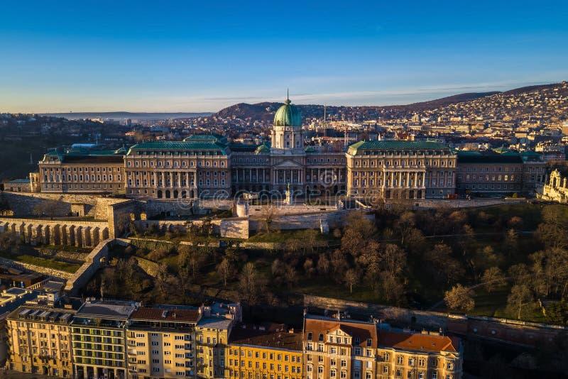 Budapest Ungern - flyg- sikt av Buda Castle Royal Palace tidigt på morgonen arkivfoton
