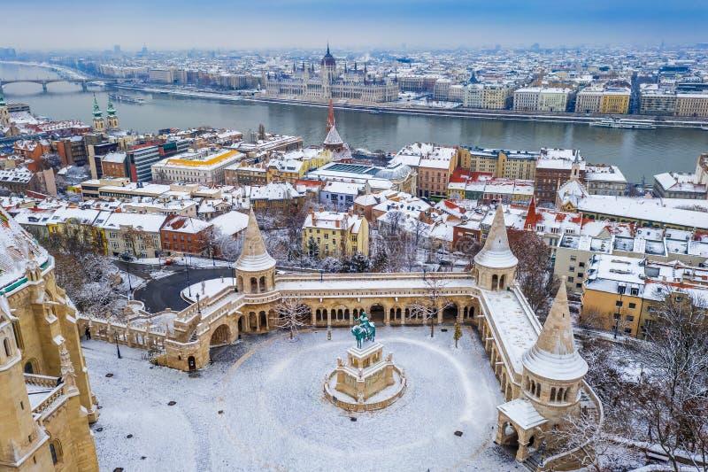 Budapest Ungern - flyg- sikt av snöig fiskarens bastion Halaszbastya på det Buda området på en vintermorgon fotografering för bildbyråer