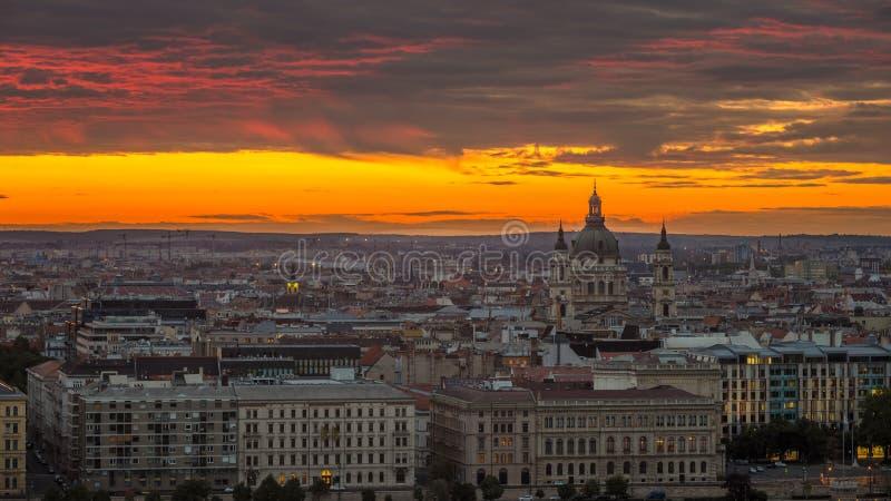 Budapest Ungern - guld- soluppgång och fantastiska färgrika moln över Budapest arkivbild