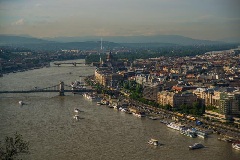 Budapest Ungern: Härligt landskap på parlamentbyggnaden, kedjebron och Danubet River Sikt av staden fr?n arkivfoto