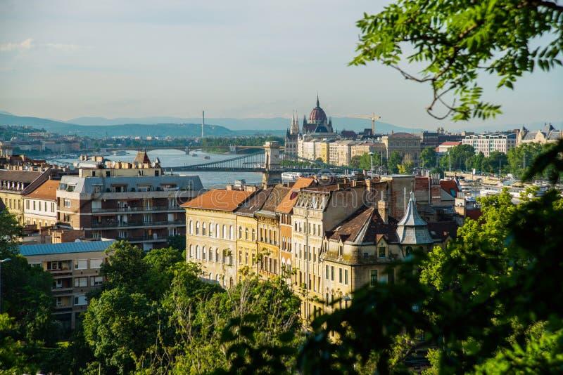 Budapest Ungern: Härligt landskap på parlamentbyggnaden, kedjebron och Danubet River Sikt av staden fr?n royaltyfria bilder