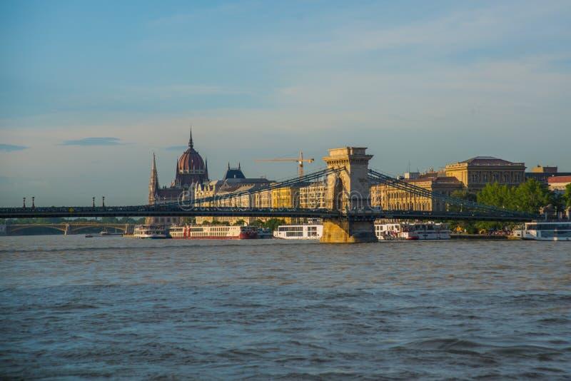 Budapest Ungern: Härligt landskap på parlamentbyggnaden, kedjebron och Danubet River Sikt av staden fr?n fotografering för bildbyråer