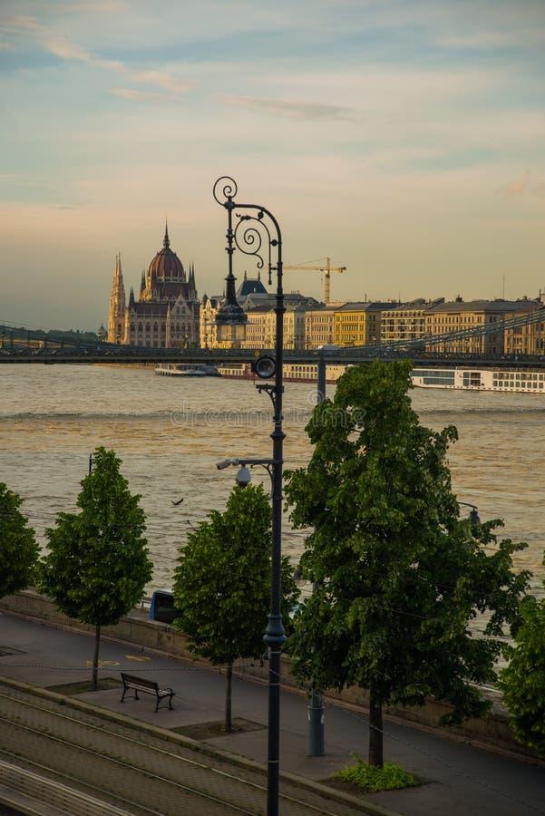 Budapest Ungern: Härligt landskap på parlamentbyggnaden, kedjebron och Danubet River Sikt av staden fr?n royaltyfri fotografi