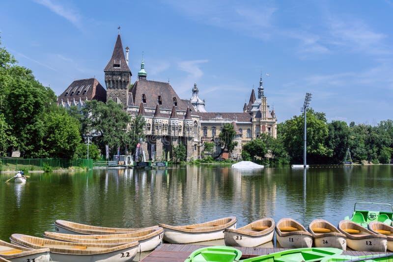BUDAPEST UNGERN - JUNI 19: Berömd Vajdahunyad slott royaltyfri foto