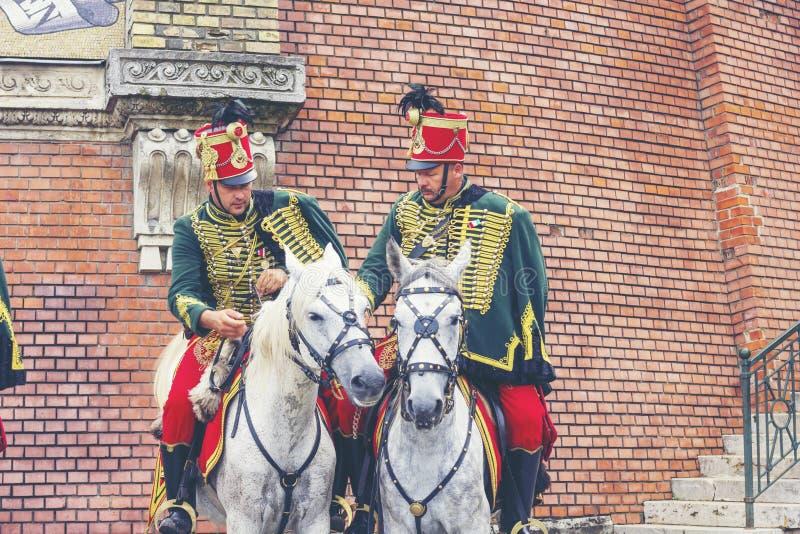 BUDAPEST UNGERN - JUNI 27, 2018: Husar på hästar nära Buda C royaltyfri fotografi