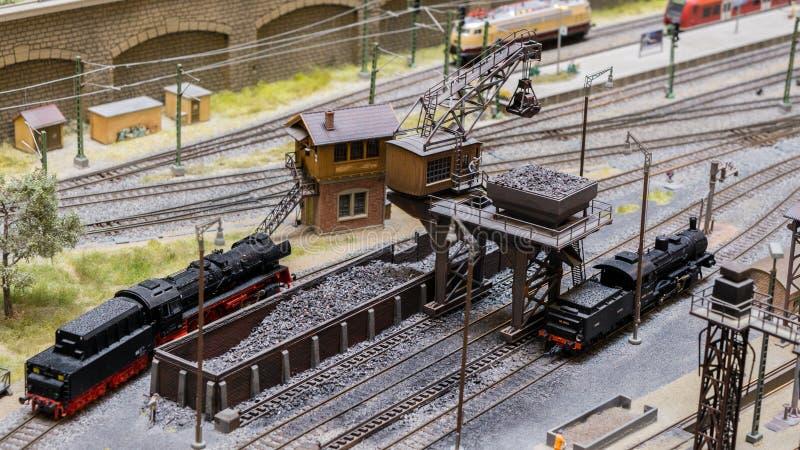 Budapest Ungern - JUNI 01, 2018: Miniversum utställning - modeller av järnväg lokomotiv för ångamotor och kolvagnar fotografering för bildbyråer