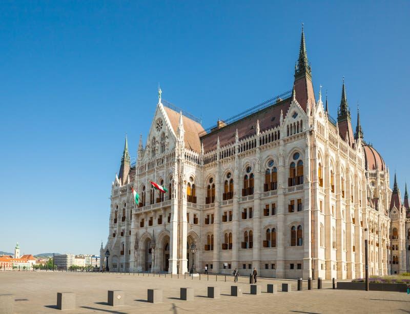 BUDAPEST UNGERN - JUNI 16, 2016: Ungersk parlamentbyggnad royaltyfri bild