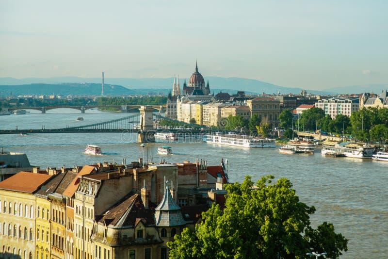 Budapest Ungern: Kedjebro på Danube River i den Budapest staden hungary Stads- landskappanorama med gamla byggnader arkivfoto