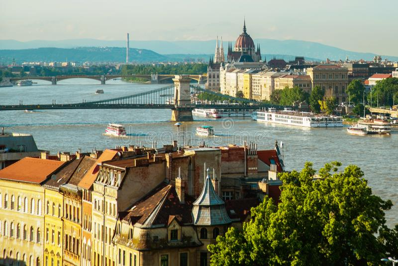 Budapest Ungern: Kedjebro på Danube River i den Budapest staden hungary Stads- landskappanorama med gamla byggnader fotografering för bildbyråer