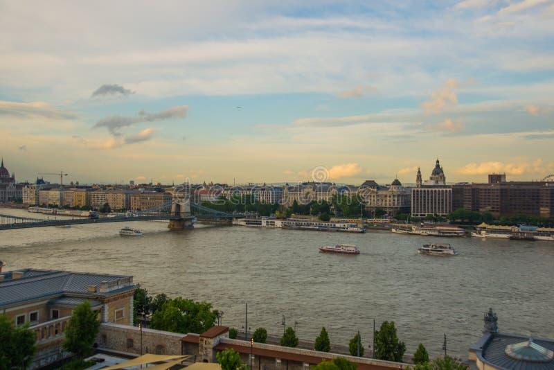 Budapest Ungern: Kedjebro på Danube River i den Budapest staden hungary Stads- landskappanorama med gamla byggnader royaltyfri foto