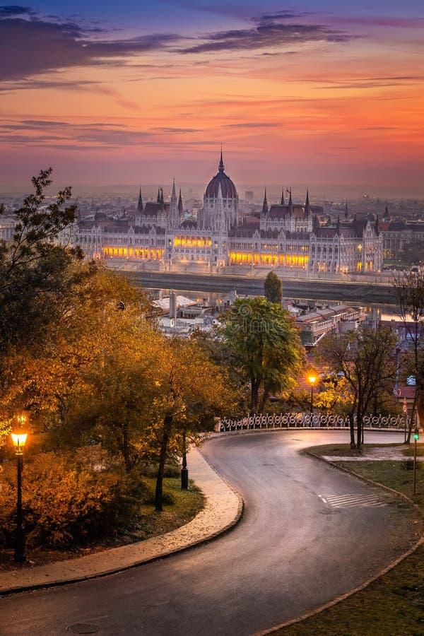 Budapest Ungern - krökt väg på det Buda området med parlamentet fotografering för bildbyråer
