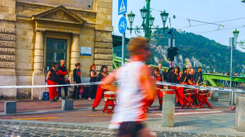 Budapest Ungern - MAI 01, 2019: Oidentifierade maratonlöpare deltar på 35 och den Telekom Vivicitta våren halva Budapest royaltyfri bild