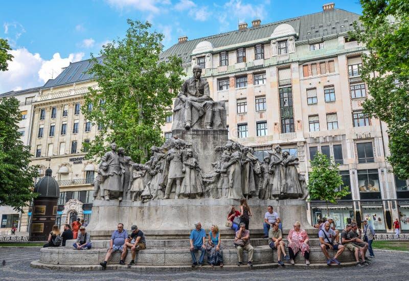 Budapest Ungern - Maj 26, 2018: Staty av poeten Mihaly Vorosmarty på den Vorosmarty fyrkanten, en offentlig fyrkant i den Budapes royaltyfria foton