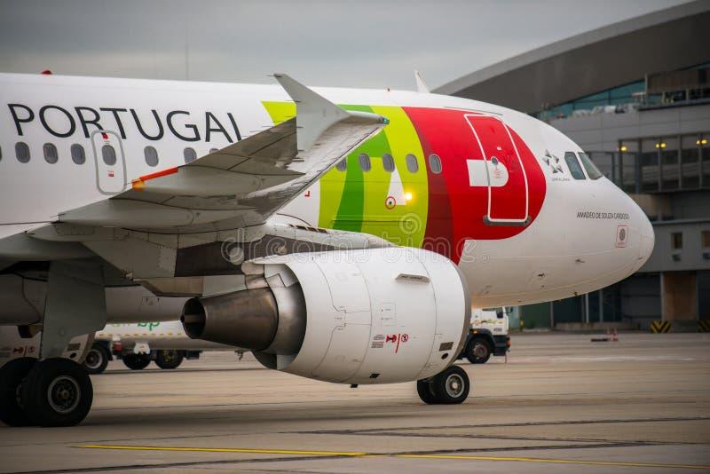 BUDAPEST UNGERN - MARS 5 - KNACKA LÄTT PÅ det Portugal flyget royaltyfri foto