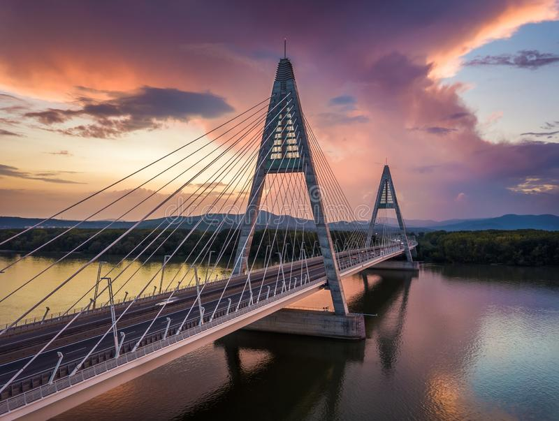 Budapest Ungern - Megyeri bro över flodDonau på solnedgången med härliga dramatiska moln royaltyfri fotografi