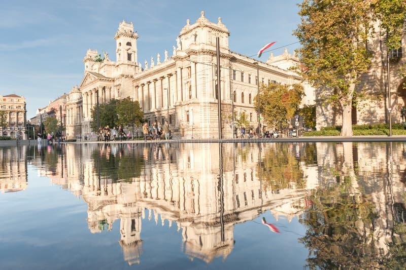 BUDAPEST UNGERN - OKTOBER 27, 2015: Budapest Parlament fyrkant med springbrunnvatten, rörande folk och reflexion royaltyfria foton