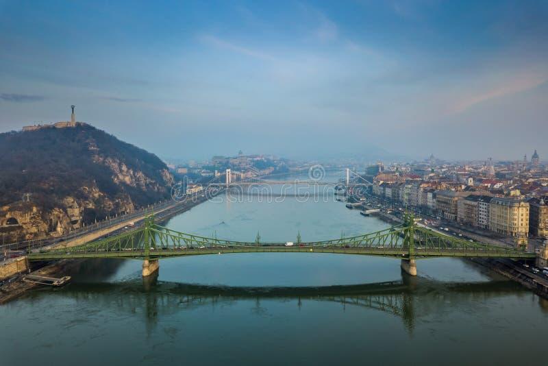Budapest Ungern - panorama- flyg- sikt av Budapest tidigt på morgonen med den Libety bron royaltyfri bild