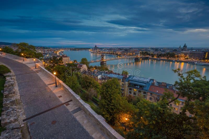 Budapest Ungern - panorama- horisontsikt av Budapest som tas från Buda Castle på gryning royaltyfri foto