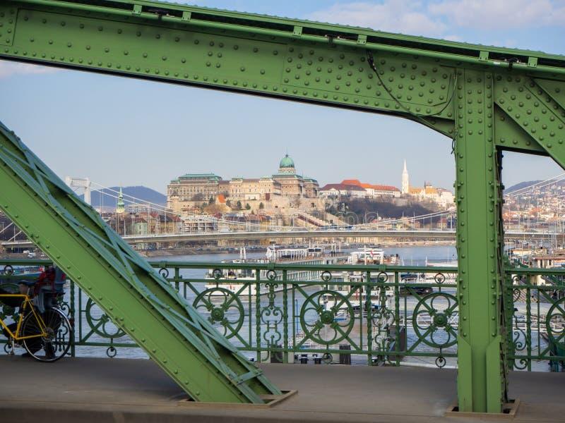 Budapest Ungern Panorama ?ver Danube River och det medborgareSzechenyi arkivet ?ver kullen royaltyfria foton