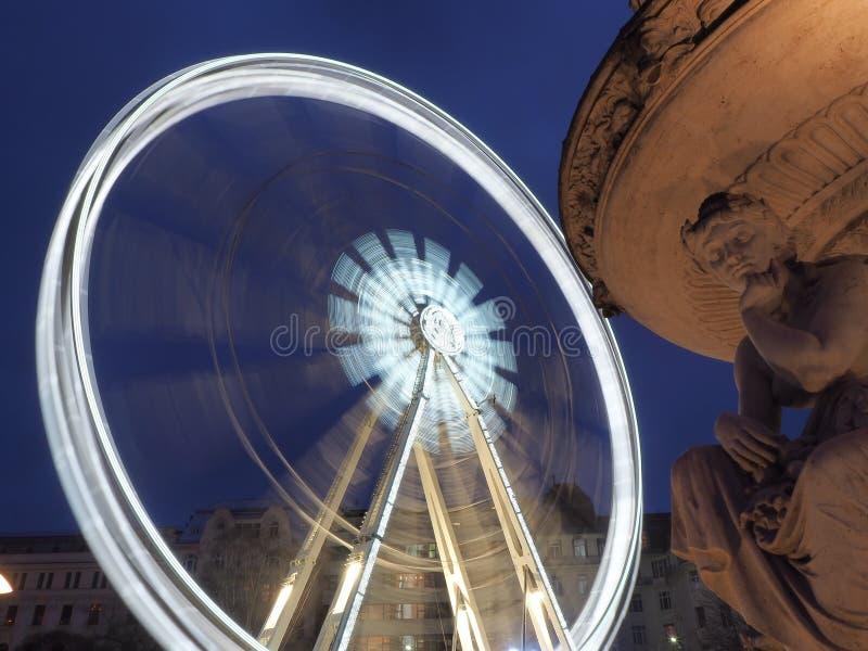 Budapest Ungern Pariserhjulen exponerade i vit i aftonen royaltyfria foton