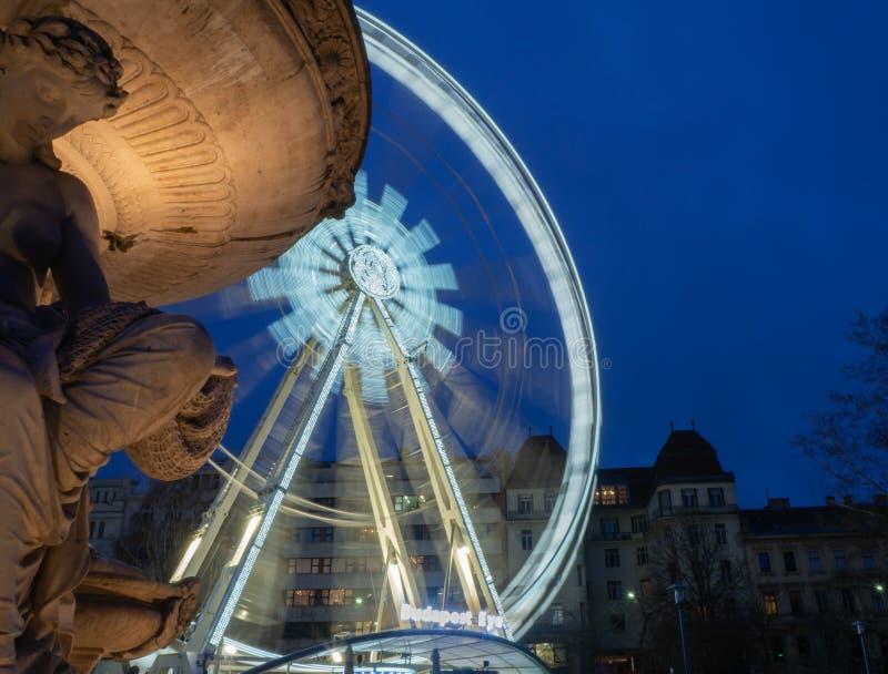 Budapest Ungern Pariserhjulen exponerade i vit i aftonen Ljusen skapar vita band royaltyfri foto