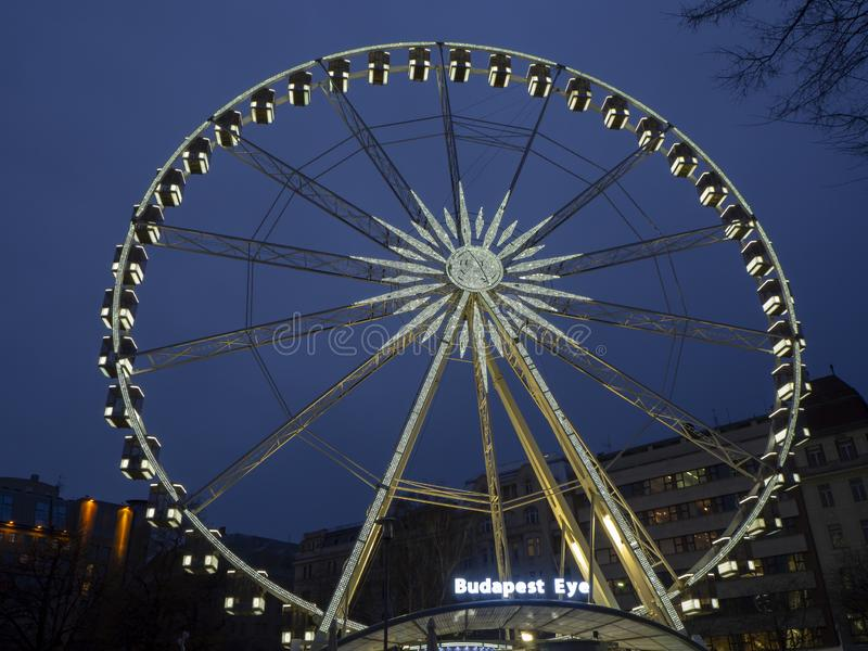 Budapest Ungern Pariserhjulen exponerade i vit i aftonen fotografering för bildbyråer