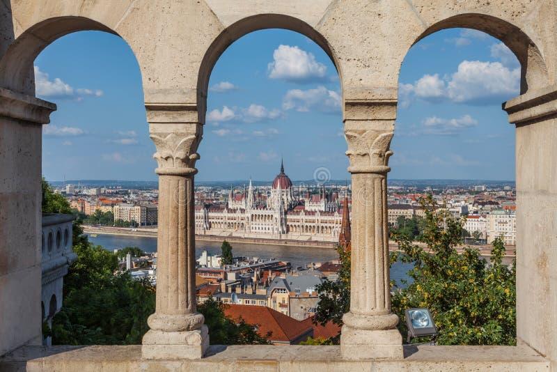 Budapest Ungern - parlamentbyggnaden och Donauen royaltyfria foton