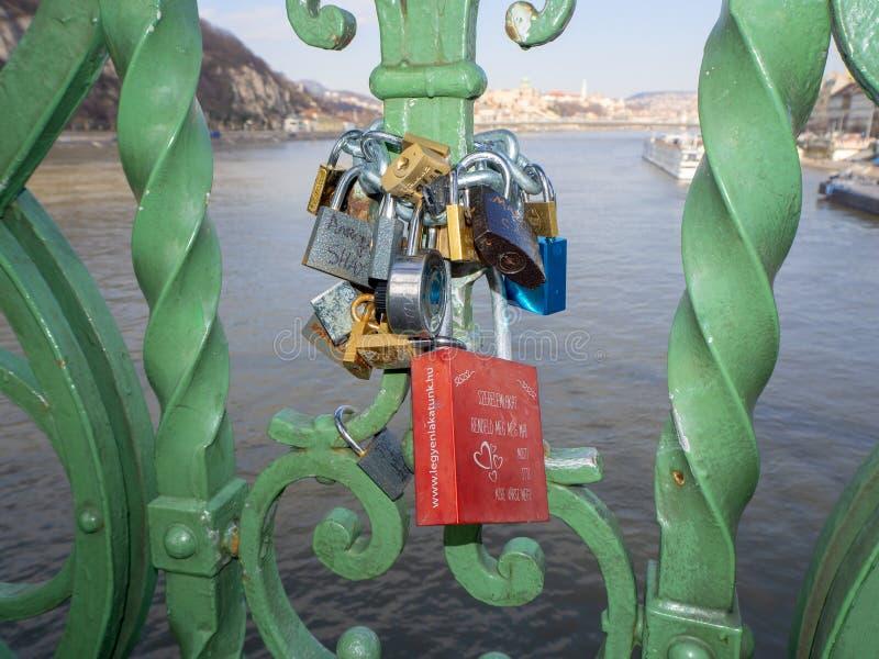 Budapest Ungern Ställ in av hänglås med meddelanden av förälskelse på Liberty Bridge eller frihetsbron royaltyfri foto