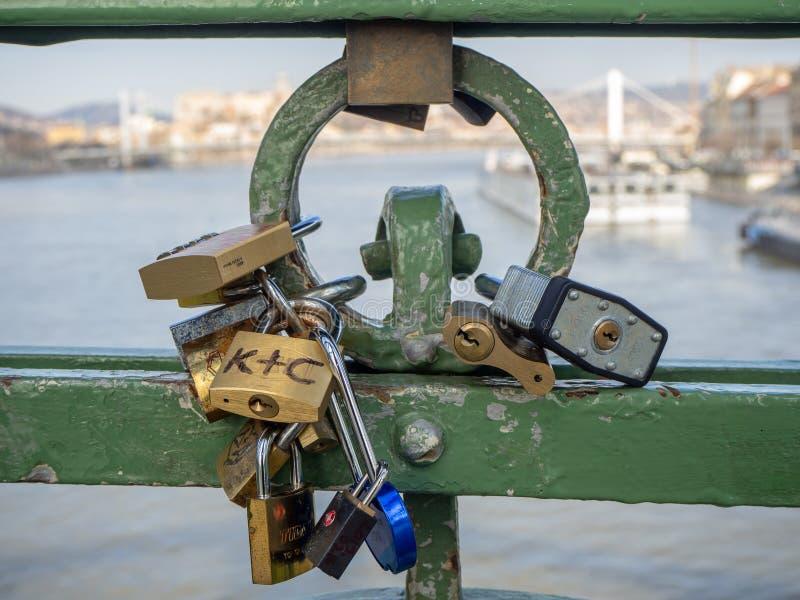 Budapest Ungern Ställ in av hänglås med meddelanden av förälskelse på Liberty Bridge eller frihetsbron royaltyfri bild